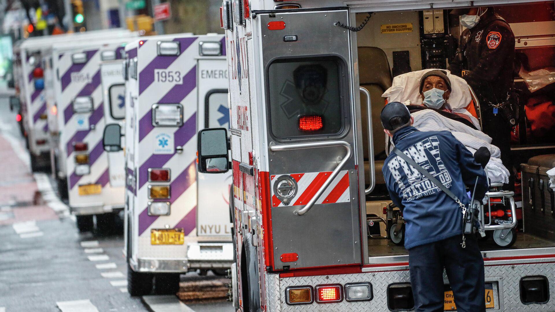 Пациент в машине скорой помощи возле медицинского центра NYU Langone в Нью-Йорке - РИА Новости, 1920, 31.03.2021