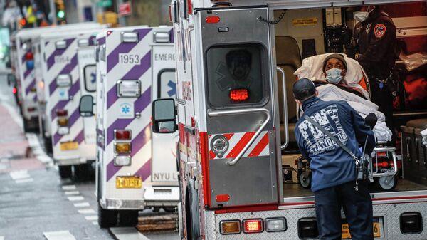 Пациент в машине скорой помощи возле медицинского центра