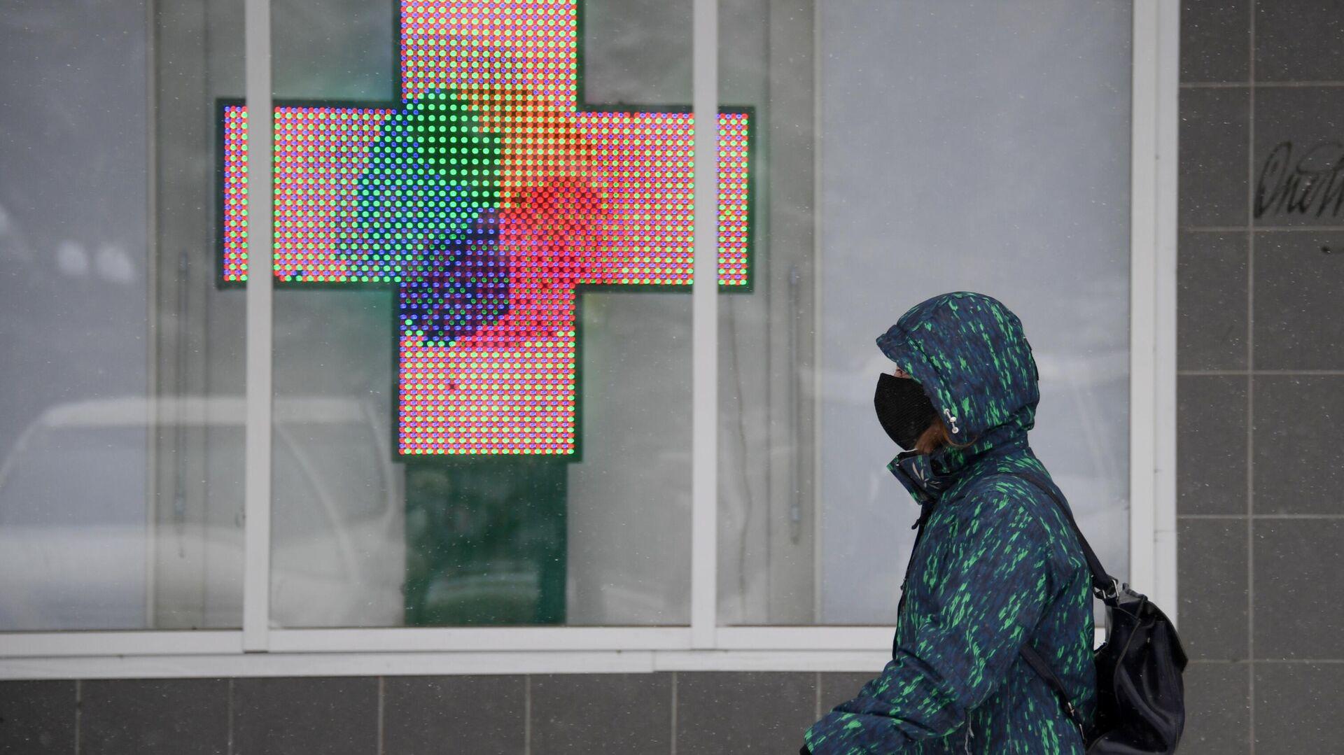 Прохожий в медицинской маске около аптеки в городе Щелково Московской области - РИА Новости, 1920, 21.09.2021