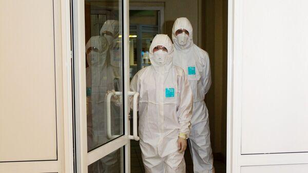 Медики в защитных костюмах