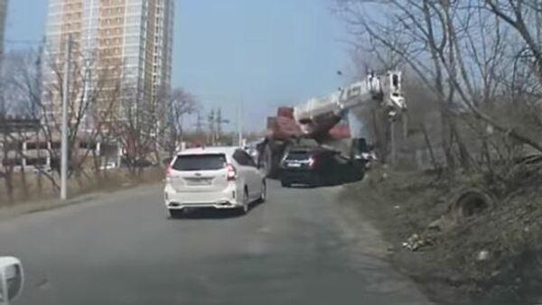 В Приморье автокран на полном ходу снес легковушку и попал на видео