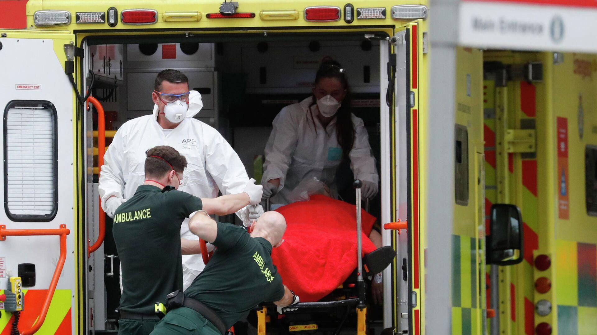 Медицинские сотрудники в защитных костюмах, доставляют пациента в больницу Святого Томаса в Лондоне, Британия - РИА Новости, 1920, 16.07.2021