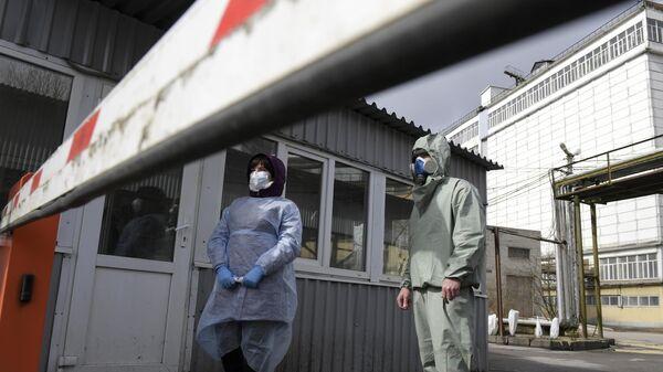 Дезинфекторы на проходной на Гатчинском комбикормовом заводе в Ленинградской области