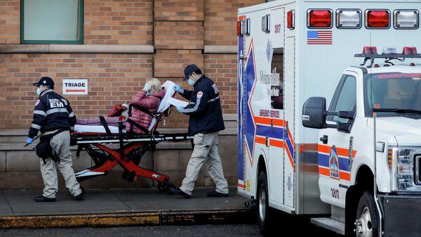 Медики доставляют пациента в центр неотложной медицинской помощи Maimonides, Нью-Йорк, США