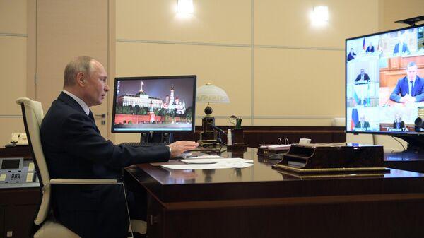 Президент России Владимир Путин проводит в режиме видеоконференции  совещание с членами правительства