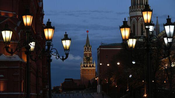 Фонари на Охотном ряду и Спасская башня Московского Кремля с вечерней подсветкой