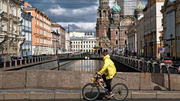 Молодой человек на велосипеде в Санкт-Петербурге