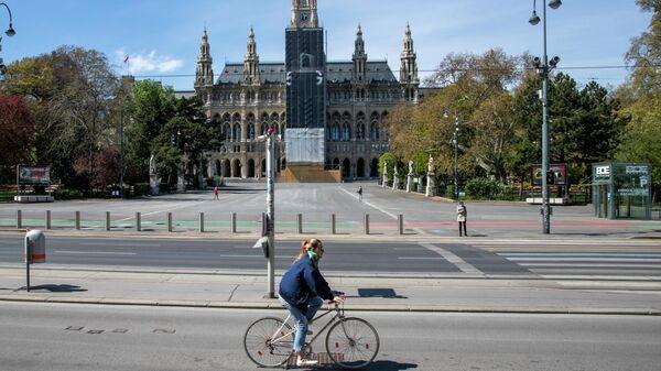 Женщина на велосипеде в Вене