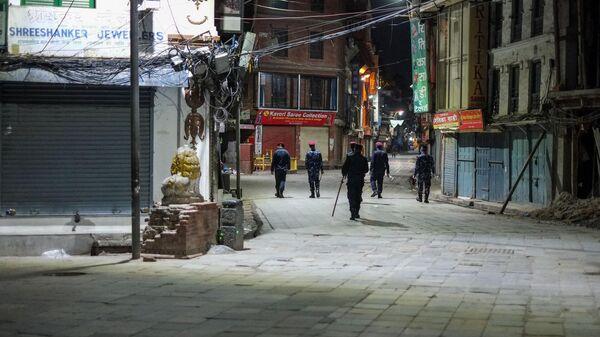 Сотрудники полиции патрулируют улицы на окраине Катманду