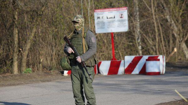 Военнослужащий ДНР на КПП на окраине города Горловка в Донецкой области