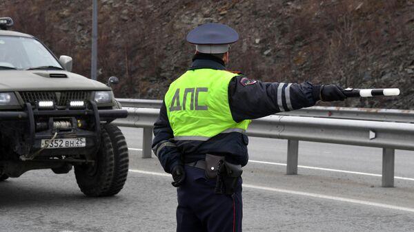 Инспектор дорожно-патрульной службы на въезде на остров Русский