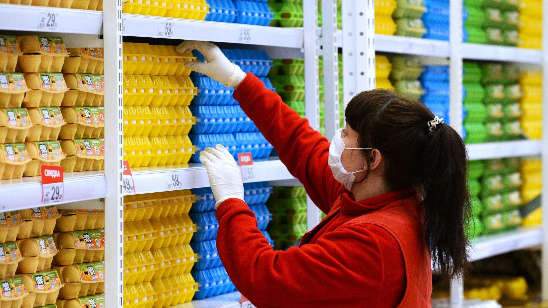 Сотрудник магазина в гипермаркете Ашан в Новосибирске - РИА Новости, 1920, 09.07.2021