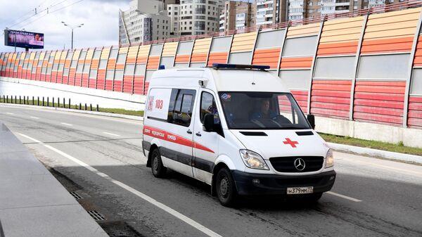 Машина скорой помощи на одной из улиц Москвы