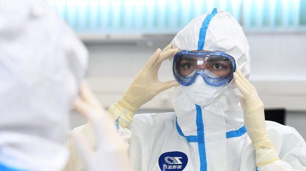 Сотрудница на открытии инфекционного центра