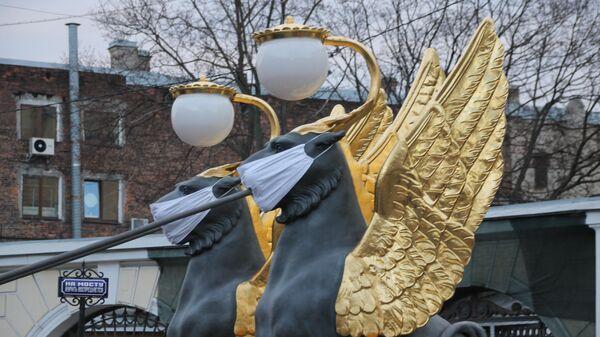 В Санкт-Петербурге на грифонов Банковского моста надели маски, чтобы привлечь внимание к хрупкости всего окружающего