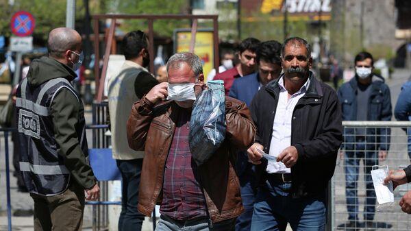 Раздача бесплатных масок сотрудниками муниципалитета в Диярбакыре, Турция