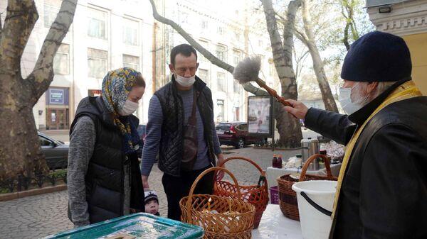 Люди освящают куличи во время празднования Пасхи в Одессе