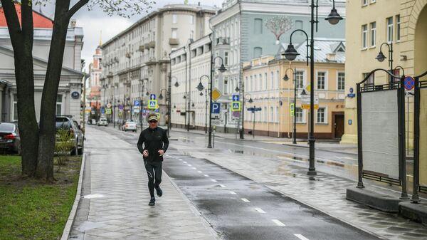 Мужчина во время пробежки по Пятницкой улице в Москве