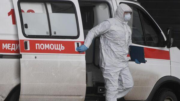 Медицинский работник на территории Московского карантинного центра по коронавирусу в Коммунарке