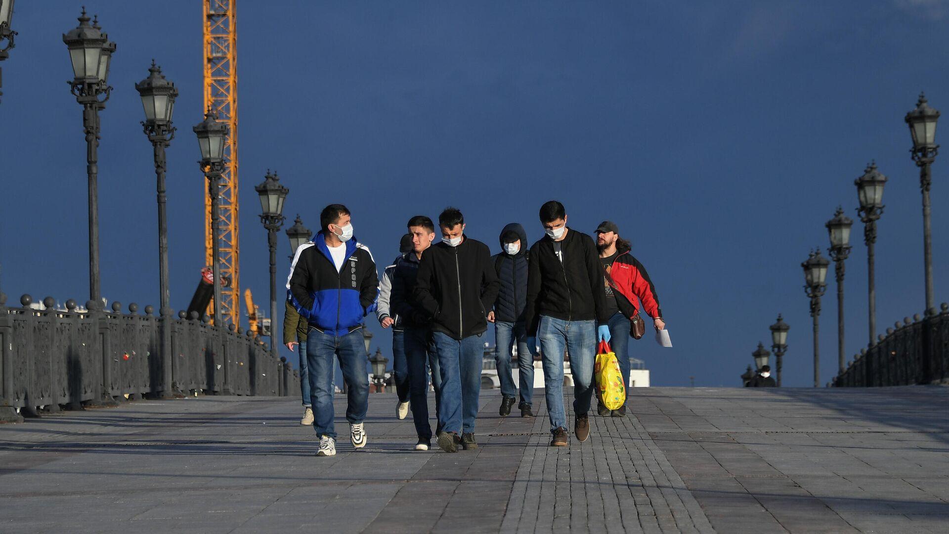 Пешеходы идут по Патриаршему мосту в Москве - РИА Новости, 1920, 08.05.2021