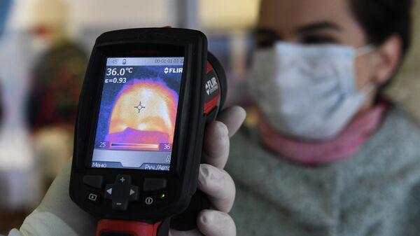 Измерение температуры пассажиров в аэропорту Толмачево в Новосибирске