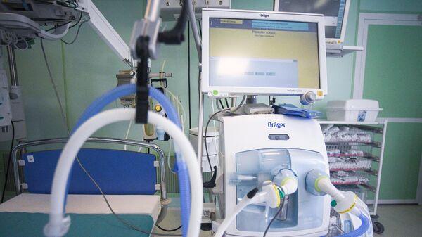 Аппарат искусственной вентиляции легких в реанимационном отделении Центра инфекционных болезней ФГАУ НМИЦ здоровья детей