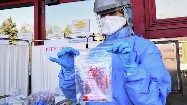 Медицинский работник c тестом на коронавирус в Италии
