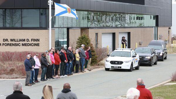 Жители Канады провожают автомобиль с телом констебля Хайди Стивенсон, погибшей в результате массовой стрельбы в провинции Новая Шотландия