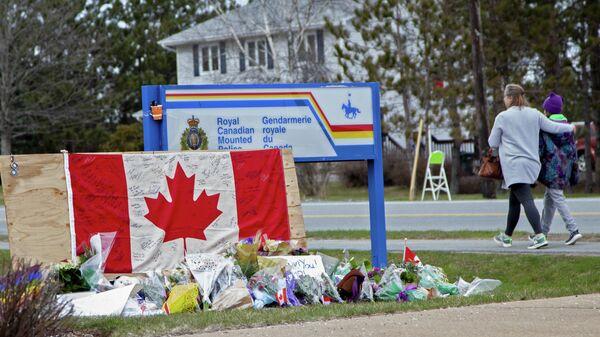 Импровизированный мемориал, посвященный жертвам массовой стрельбы, перед пунктом Королевской канадской конной полиции в в Энфилде, Новая Шотландия, Канада