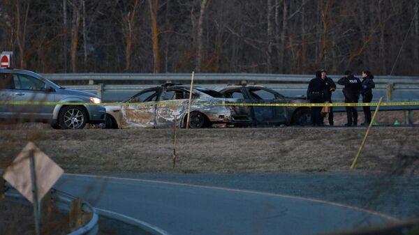 Полицейские на месте столкновения автомобиля стрелка Габриэла Уортмана с автомобилем канадской полиции в провинции Новая Шотландия
