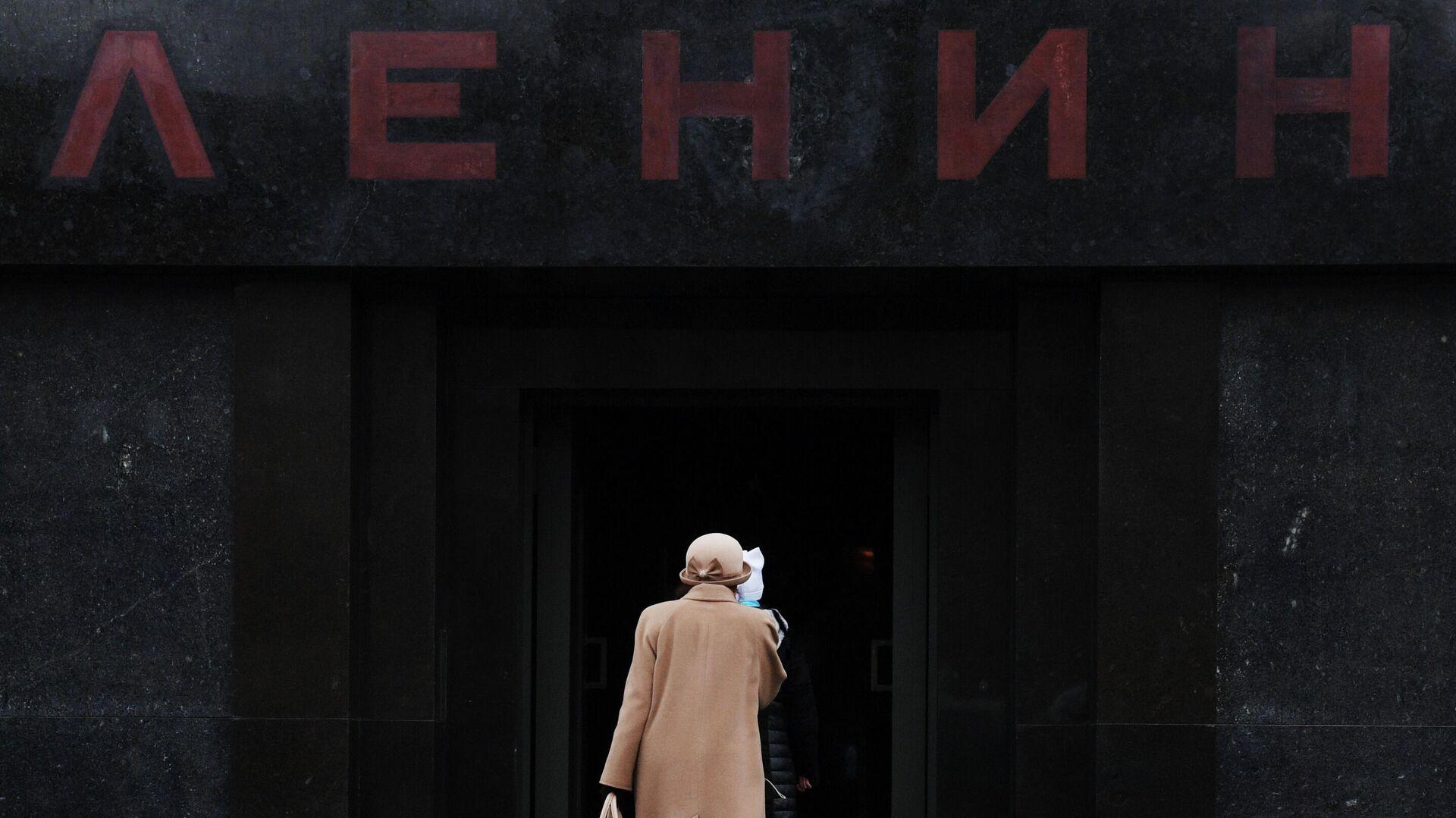 Посетители заходят в Мавзолей В.И. Ленина на Красной площади - РИА Новости, 1920, 01.07.2020