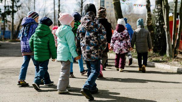 Воспитанники детского сада на прогулке