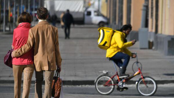 Молодые люди во время прогулки на одной из улиц Москвы