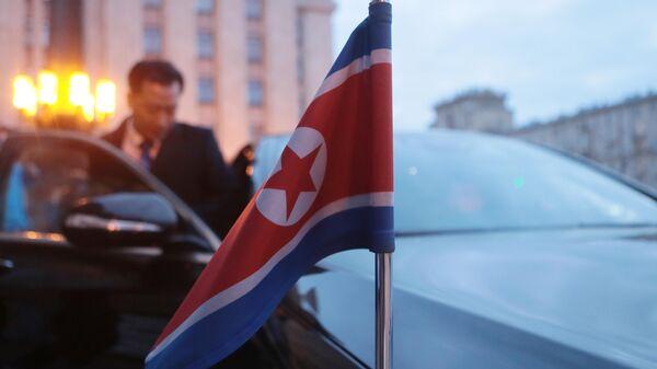 Флаг КНДР на автомобиле