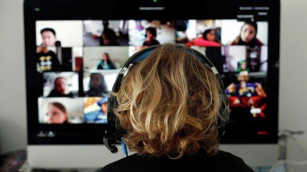 Испанский студент во время онлайн-занятия в приложении Zoom