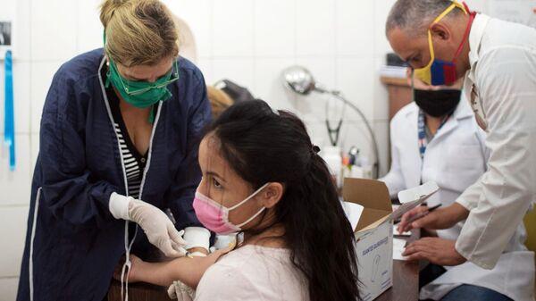 Медики проводят тестирование на коронавирус в фавелах Каракаса