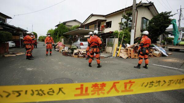 Спасатели у разрушенного дома в Японии