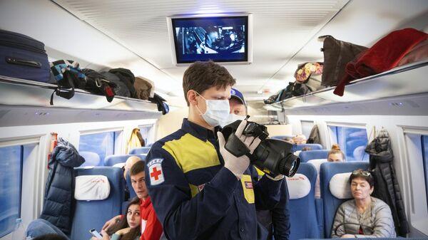 Проверка пассажиров скоростного поезда Сапсан бесконтактным инфракрасным термометром
