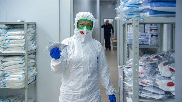 Медицинский работник в коронавирусном стационаре, открытом на базе госпиталя медсанчасти МВД России по Москве