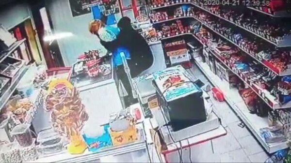 Драка в магазине попала на видео: продавец отбилась от грабителя