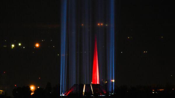 Подсветка мемориального комплекса Цицернакаберд, посвящённого жертвам геноцида армян 1915 года, в Ереване