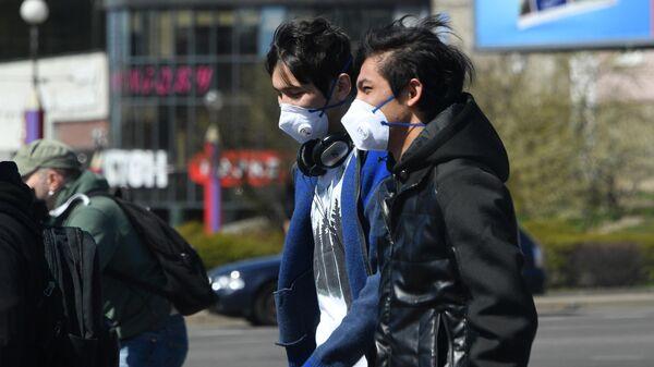 Прохожие в защитных масках на улице Сурганова в Минске