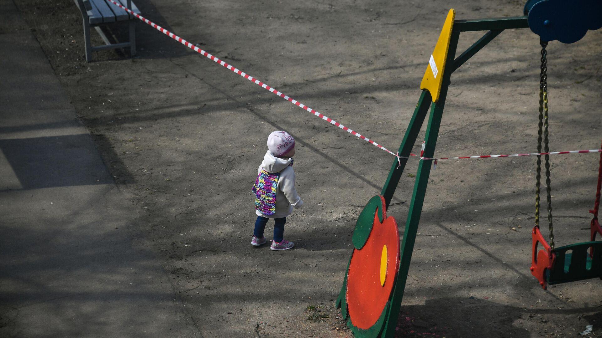 Ребенок на детской площадке во дворе на одной из улиц в Москве - РИА Новости, 1920, 04.01.2021