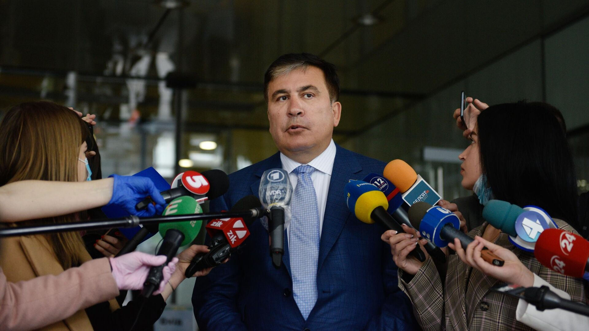 Михаил Саакашвили отвечает на вопросы журналистов перед началом встречи с депутатами фракции Слуга народа в Киеве - РИА Новости, 1920, 10.09.2021