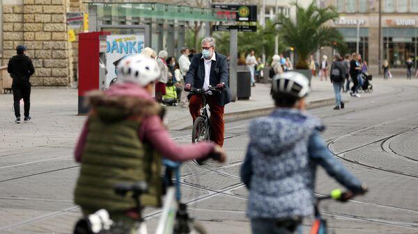Люди в защитных масках в городе Эрфурт, Германия