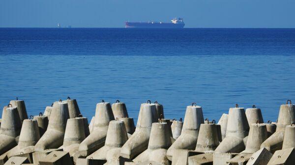 Нефтяной танкер на рейде в Цемесской бухте