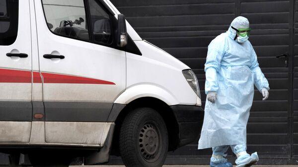 Медицинский работник на территории карантинного центра в Коммунарке