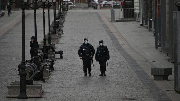 Сотрудники полиции на улице Кузнецкий мост в Москве в дни действия режима повышенной готовности из-за коронавируса 2019-n-CoV