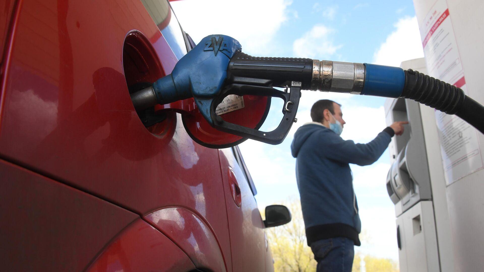 Мужчина оплачивает автомобильное топливо на одной из АЗС в Москве - РИА Новости, 1920, 11.01.2021