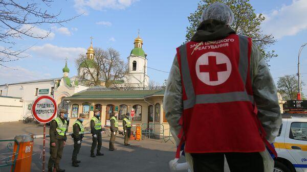 Сотрудники Национальной гвардии Украины и медики у въезда на территорию Киево-Печерской лавры, закрытой на карантин
